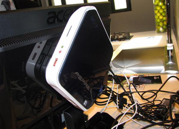 Particolare del nettop Acer AspireRevo su supporto VESA
