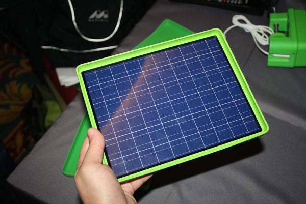 ... I Prodotti OLPC Riescono A Funzionare Con Una Potenza Uguale O  Inferiore A 5W, Un Valore Tale Da Essere Facilmente Coperto Da Un Pannello  Solare Da 10W ...