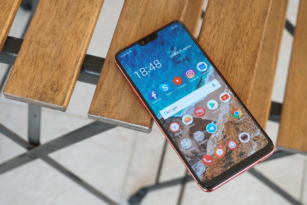 Oppo R15 Pro ha un display di ampio formato border-less su 3 lati con notch